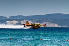 Aéronefs amphibies de lutte contre l'incendie de baisse de l'eau Photos libres de droits