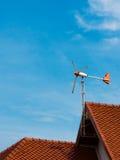 Aéronefs ces le sens de vent sur le toit rouge Images libres de droits