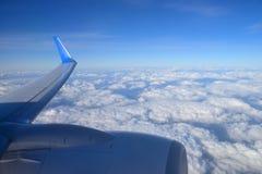 Aéronefs d'aile au-dessus des nuages Images libres de droits