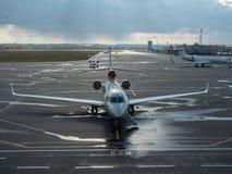 Aéronefs dans l'aéroport Photo stock