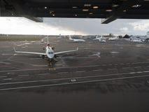 Aéronefs dans l'aéroport Photographie stock libre de droits