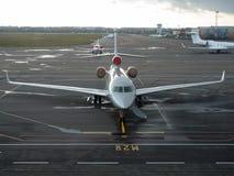 Aéronefs dans l'aéroport Images libres de droits