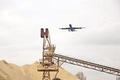 Aéronefs dans l'approche d'atterrissage Images stock