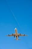 Aéronefs dans l'approche d'atterrissage Photographie stock libre de droits