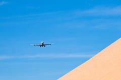 Aéronefs dans l'approche d'atterrissage Image stock