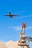 Aéronefs dans l'approche d'atterrissage avec le ciel bleu Photos libres de droits
