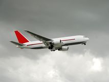 Aéronefs de cargaison en vol Image libre de droits