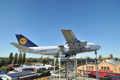 Aéronefs de Lufthansa dans la cour de musée Photo stock