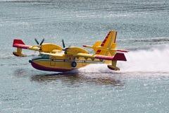 Aéronefs de lutte contre l'incendie du bombardier 415 Photo libre de droits