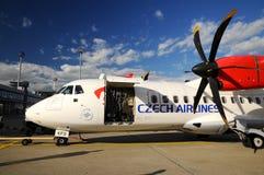 Aéronefs de propulseur ART42 500 dans l'aéroport de Prague Photo libre de droits