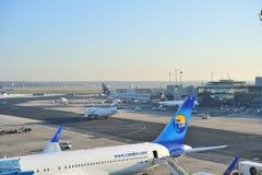 Aéronefs et avion à l'aéroport de Francfort Images libres de droits