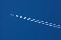 Aéronefs et contrails Photographie stock libre de droits