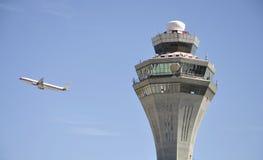 Aéronefs et tour de contrôle Image libre de droits