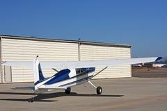 Aéronefs légers devant le hangar Photo stock