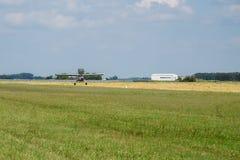 Aéronefs légers Terres argentées légères d'avion dans l'aéroport Jour d'été ensoleillé et ciel bleu Image libre de droits