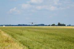 Aéronefs légers Terres argentées légères d'avion sur l'aéroport Jour d'été ensoleillé et ciel bleu Photographie stock