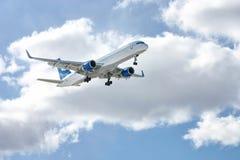 Aéronefs modernes dans le ciel Photos libres de droits