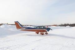 Aéronefs privés légers sur la piste de taxi Image libre de droits