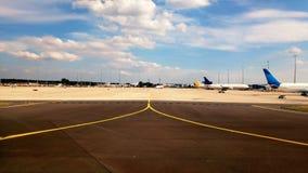 Aéronefs stationnés à l'aéroport Photographie stock