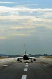Aéronefs sur la piste Photographie stock libre de droits