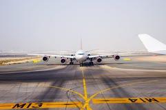 Aéronefs sur la piste d'atterrissage Images stock