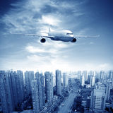 Aéronefs sur le ciel de Changhaï Images libres de droits