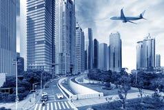Aéronefs sur le ciel de Changhaï Image stock