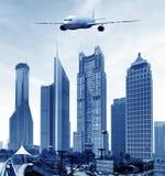 Aéronefs sur le ciel de Changhaï Photo stock