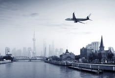 Aéronefs sur le ciel de Changhaï Images stock