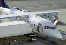Aéronefs sur le terrain d'aviation prepairing pour le vol Images libres de droits