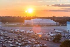 Aéroport à l'aube Image stock
