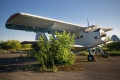 Aéroport abandonné Vieux avions soviétiques Antonov An-2 Photos libres de droits
