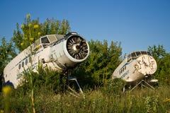 Aéroport abandonné Vieux avions soviétiques Antonov An-2 Images stock