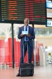 Aéroport africain d'homme d'affaires Photographie stock libre de droits