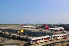 Aéroport AirTrain dans l'avant du terminal 4 Image stock
