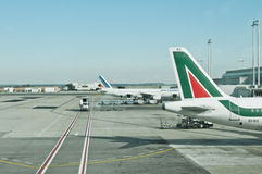 Aéroport Alitalia de Fiumicino et aéronefs d'Air France Photographie stock