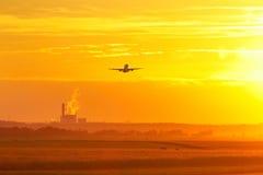 Aéroport au coucher du soleil Photo stock