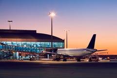 Aéroport au coucher du soleil coloré Photographie stock libre de droits