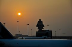 Aéroport au crépuscule Image stock
