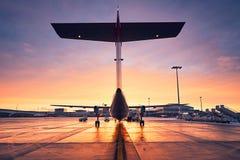 Aéroport au lever de soleil Images stock