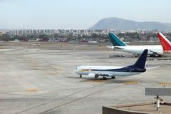 Aéroport avec beaucoup d'avions au beau coucher du soleil Photo stock