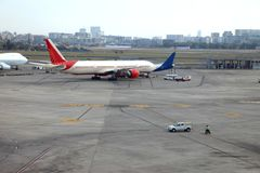 Aéroport avec beaucoup d'avions au beau coucher du soleil Image libre de droits