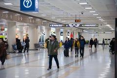 Aéroport avec des personnes Photo stock