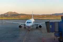 Aéroport avec l'avion au lever de soleil Photographie stock