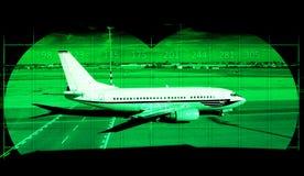 Aéroport avec l'avion de ligne par la vision nocturne Photographie stock
