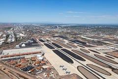 Aéroport avec la ville du contexte de Phoenix Images libres de droits