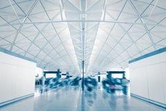Aéroport avec le passager mobile de précipitation de tache floue Image stock
