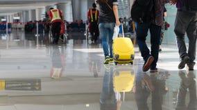 Aéroport avec le voyageur et le bagage Photographie stock libre de droits