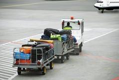 Aéroport, circulation de bagage en fonction à l'avion Photo libre de droits