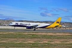 Aéroport d'Alicante d'avions de Monarch Airlines de casse-tête photographie stock libre de droits